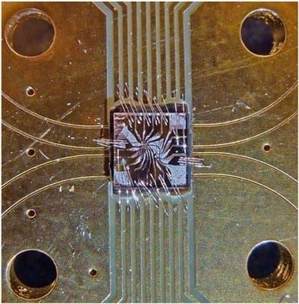 The diamond in the center measures 1 mm X 1 mm. Photo/Courtesy of Delft University of Technolgy/UC Santa Barbara